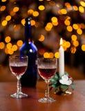 Γυαλιά σέρρυ μπροστά από το χριστουγεννιάτικο δέντρο στοκ φωτογραφίες με δικαίωμα ελεύθερης χρήσης