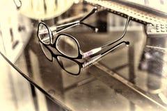 Γυαλιά σε ένα γραφείο στο γραφείο Στοκ Εικόνα