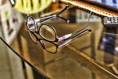 Γυαλιά σε ένα διαφανές γραφείο στα γυαλιά γραφείων σε ένα γραφείο στο γραφείο Στοκ φωτογραφία με δικαίωμα ελεύθερης χρήσης