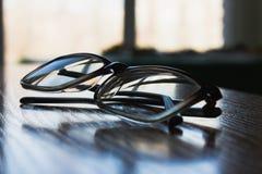 Γυαλιά στην επιτραπέζια κινηματογράφηση σε πρώτο πλάνο στοκ εικόνες