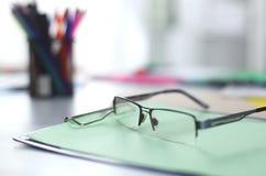 Γυαλιά στον υπολογιστή γραφείου σας εργασία με τα σχέδια περιοδεύστε τα επιχειρησιακά κινούμενα σχέδια λεπτομερή αισθάνεται ελεύθ Στοκ φωτογραφία με δικαίωμα ελεύθερης χρήσης