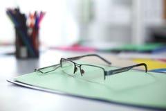 Γυαλιά στον υπολογιστή γραφείου σας εργασία με τα σχέδια περιοδεύστε τα επιχειρησιακά κινούμενα σχέδια λεπτομερή αισθάνεται ελεύθ Στοκ Εικόνες