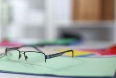 Γυαλιά στον υπολογιστή γραφείου σας εργασία με τα σχέδια περιοδεύστε τα επιχειρησιακά κινούμενα σχέδια λεπτομερή αισθάνεται ελεύθ Στοκ Φωτογραφία