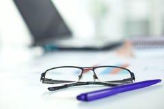 Γυαλιά στον υπολογιστή γραφείου σας εργασία με τα σχέδια περιοδεύστε τα επιχειρησιακά κινούμενα σχέδια λεπτομερή αισθάνεται ελεύθ Στοκ Φωτογραφίες