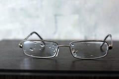 Γυαλιά στο ξύλινο υπόβαθρο στοκ εικόνες