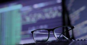 γυαλιά στο πληκτρολόγιο, στο υπόβαθρο του οργάνου ελέγχου απόθεμα βίντεο