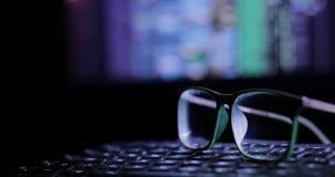 γυαλιά στο πληκτρολόγιο, στο υπόβαθρο του οργάνου ελέγχου φιλμ μικρού μήκους