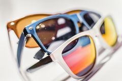 Γυαλιά σχεδίου στα διαφορετικά χρώματα σε ένα άσπρο υπόβαθρο Στοκ Φωτογραφίες