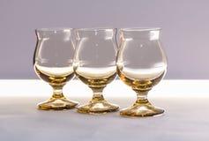 Γυαλιά του γυαλιού για το κρασί και των κοκτέιλ στον πίνακα σε ένα άσπρο υπόβαθρο Στοκ Φωτογραφίες