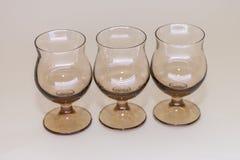 Γυαλιά του γυαλιού για το κρασί και των κοκτέιλ στον πίνακα σε ένα άσπρο υπόβαθρο Στοκ φωτογραφία με δικαίωμα ελεύθερης χρήσης
