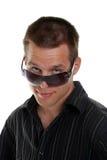γυαλιά το κοιτάζοντας άτομό του πέρα από τις νεολαίες ήλιων Στοκ Φωτογραφία