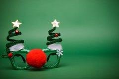 Γυαλιά Χριστουγέννων που διακοσμούνται με τα Χριστούγεννα τρία και μεγάλα κόκκινα αριθ. Στοκ εικόνα με δικαίωμα ελεύθερης χρήσης