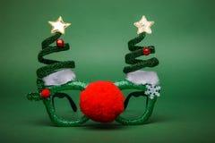 Γυαλιά Χριστουγέννων που διακοσμούνται με τα Χριστούγεννα τρία και μεγάλα κόκκινα αριθ. Στοκ Εικόνα