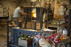 Γυαλικά εργαζομένων γυαλιού στο πτωχοκομείο εργαστηρίων εργοστασίων γυαλιού στην Αυστρία στοκ φωτογραφίες