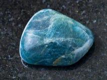 γυαλισμένος πράσινος μπλε Apatite πολύτιμος λίθος στο σκοτάδι Στοκ εικόνα με δικαίωμα ελεύθερης χρήσης