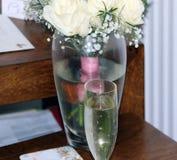 Γυαλί αφρώδους με το γάμο Στοκ Εικόνες