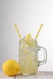 Γυαλί λεμονάδας με τα κίτρινα άχυρα στοκ εικόνες