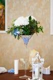 γυαλί επιτραπέζιος γάμος κουκλών διακοσμήσεων ζευγών Λουλούδια Hydrangea, μπλε γυαλί Martini χαντρών Στοκ Φωτογραφία