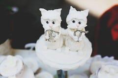 γυαλί επιτραπέζιος γάμος κουκλών διακοσμήσεων ζευγών Οι αριθμοί των κουταβιών κρατούν τα γράμματα Ε και Στοκ φωτογραφία με δικαίωμα ελεύθερης χρήσης
