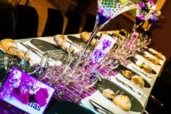 γυαλί επιτραπέζιος γάμος κουκλών διακοσμήσεων ζευγών Στοκ φωτογραφίες με δικαίωμα ελεύθερης χρήσης