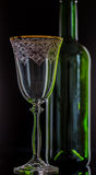 Γυαλί και ένα μπουκάλι κρασιού στο μαύρο υπόβαθρο Στοκ Εικόνες
