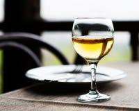 Γυαλί και μαχαιροπήρουνα κρασιού στον πίνακα Στοκ Εικόνες