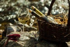 Γυαλί και μπουκάλια κρασιού στο καλάθι Στοκ φωτογραφία με δικαίωμα ελεύθερης χρήσης