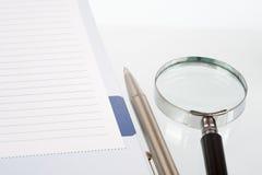 Γυαλί και σημειωματάριο χεριών Στοκ φωτογραφία με δικαίωμα ελεύθερης χρήσης