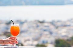 Γυαλί κινηματογραφήσεων σε πρώτο πλάνο με το υπόβαθρο ποτών οινοπνεύματος στην όμορφη παλαιά Μύκονο στην Ελλάδα Στοκ Εικόνες