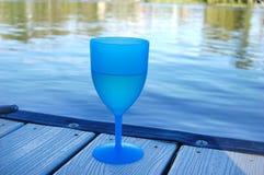 Γυαλί κρασιού από τον ποταμό Στοκ εικόνα με δικαίωμα ελεύθερης χρήσης