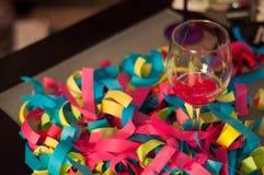 Γυαλί κρασιού με τον εορτασμό κομφετί Στοκ εικόνα με δικαίωμα ελεύθερης χρήσης