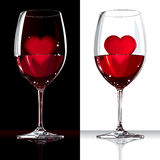 Γυαλί κρασιού με το κόκκινο και την καρδιά μέσα Στοκ Φωτογραφίες