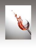 Γυαλί κρασιού με το ροδαλό παφλασμό στο πλαίσιο Στοκ Εικόνα