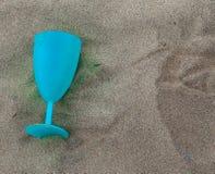 Γυαλί κρασιού στην άμμο Στοκ φωτογραφία με δικαίωμα ελεύθερης χρήσης