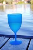 Γυαλί κρασιού στην αποβάθρα λιμνών Στοκ Εικόνες