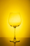 Γυαλί κρασιού στο κίτρινο υπόβαθρο Στοκ Φωτογραφίες