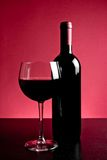 Γυαλί κόκκινου κρασιού κοντά στο μπουκάλι Στοκ εικόνες με δικαίωμα ελεύθερης χρήσης