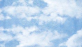 Γυαλί με τη συμπύκνωση των σταγονίδιων και του μπλε ουρανού νερού Στοκ φωτογραφίες με δικαίωμα ελεύθερης χρήσης
