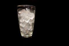 Γυαλί με τον πάγο σε ένα μαύρο υπόβαθρο Στοκ φωτογραφία με δικαίωμα ελεύθερης χρήσης