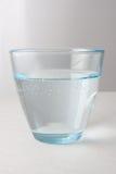Γυαλί με το ενωμένο με διοξείδιο του άνθρακα νερό Στοκ φωτογραφία με δικαίωμα ελεύθερης χρήσης