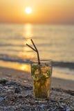 Γυαλί με το κοκτέιλ mojito στην παραλία Στοκ Εικόνες
