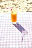 Γυαλί με το χυμό μάγκο στον πίνακα Στοκ Εικόνα