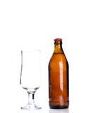 Γυαλί μπύρας και ένα μπουκάλι μπύρας που απομονώνεται Στοκ Εικόνες