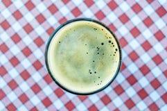 Γυαλί μπύρας στο κόκκινο και άσπρο εκλεκτής ποιότητας υπόβαθρο τραπεζομάντιλων Στοκ εικόνες με δικαίωμα ελεύθερης χρήσης