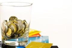 Γυαλί νομισμάτων πάνω από τις πιστωτικές κάρτες Στοκ φωτογραφία με δικαίωμα ελεύθερης χρήσης