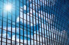 Γυαλί οικοδόμησης κινηματογραφήσεων σε πρώτο πλάνο των ουρανοξυστών με το σύννεφο, επιχείρηση συμπυκνωμένη Στοκ Εικόνα