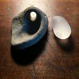 Γυαλί παραλιών και γκρίζα πέτρα με τη φυσική τρύπα Στοκ φωτογραφία με δικαίωμα ελεύθερης χρήσης
