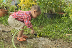 Γυαλί ποτίσματος μικρών παιδιών Στοκ φωτογραφία με δικαίωμα ελεύθερης χρήσης