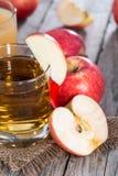 Γυαλί που γεμίζουν με το φρέσκο χυμό της Apple Στοκ Φωτογραφίες