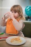 Γυαλί πόσιμου νερού παιδάκι στο κοίταγμα εστιατορίων πιτσών Στοκ Φωτογραφία